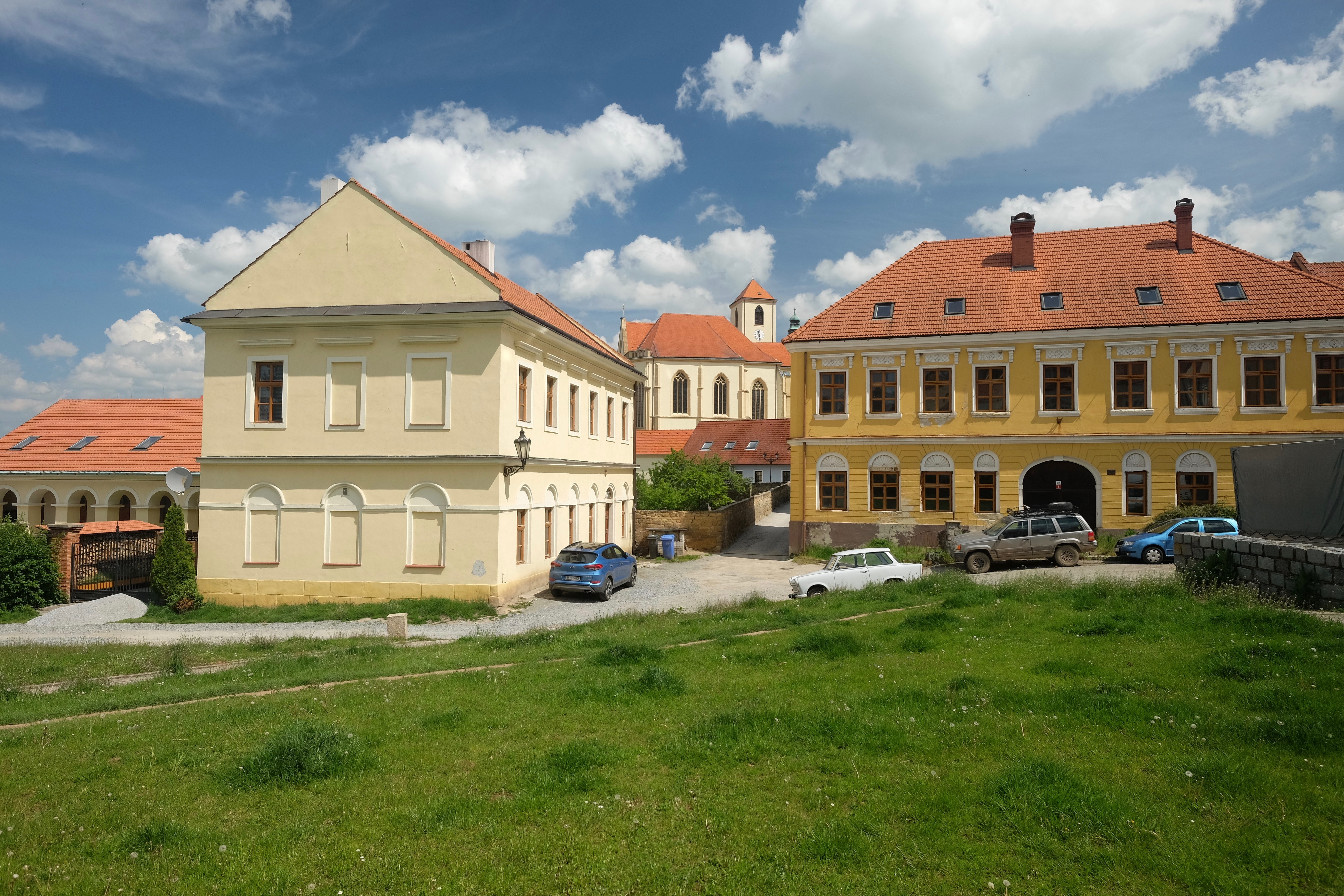 U Koupadel, nalevo bývalé židovské lázně, napravo bývalá továrna