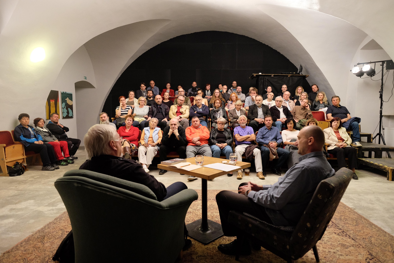 V kulturním centru probíhají mimo jiné veřejné besedy – zde s českým publististou, scénáristou a spisovatelem Pavlem Kosatíkem