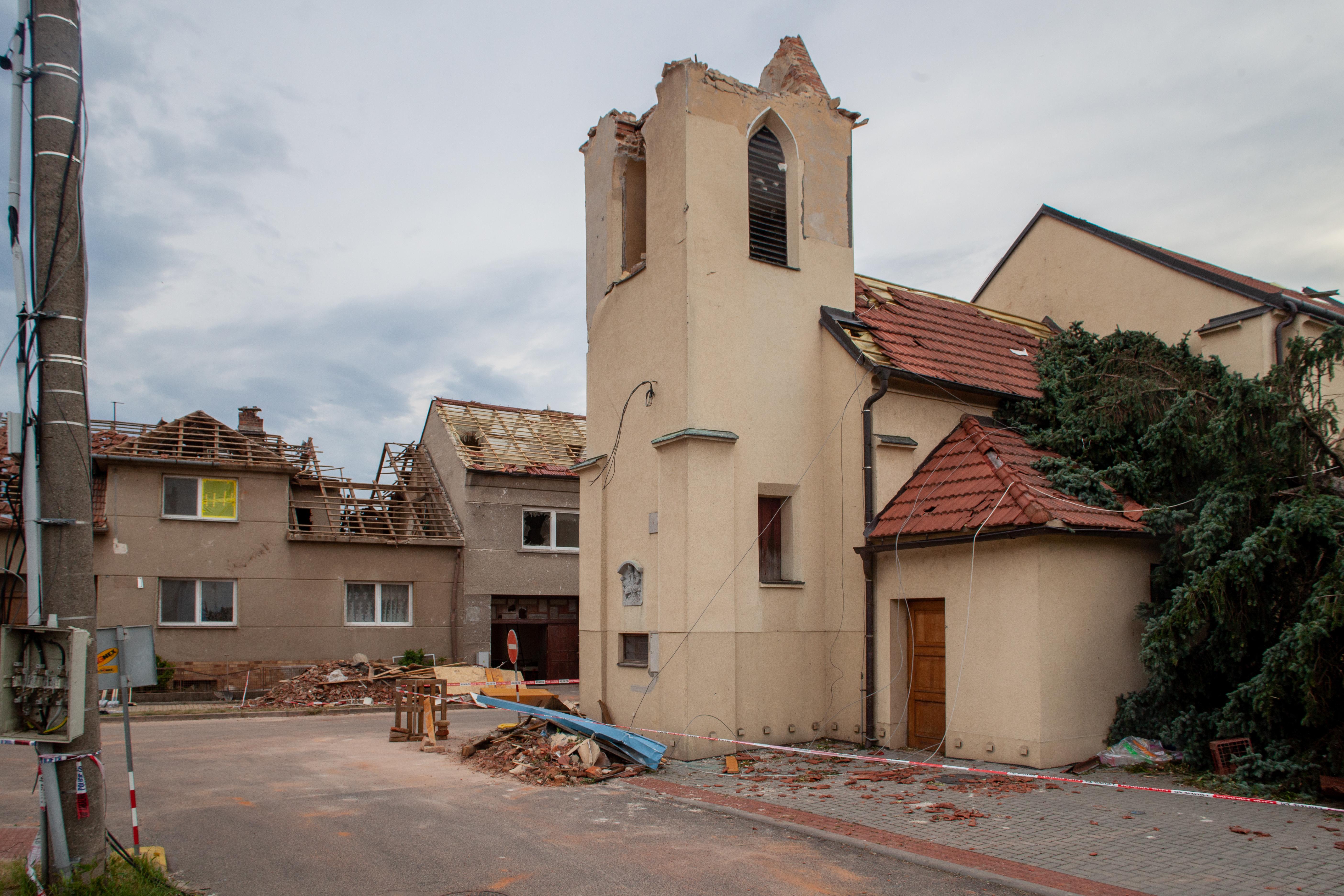 Poškozený kostel sv. Bartoloměje v obci Hrušky na Břeclavsku