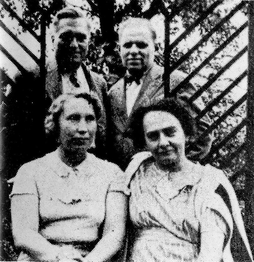 """V besídce """"Kouzelného domu"""" v Žerůtkách, srpen 1935. Zleva: K.J. Beneš a L.Falta, E.Brokešová a L.Faltová."""