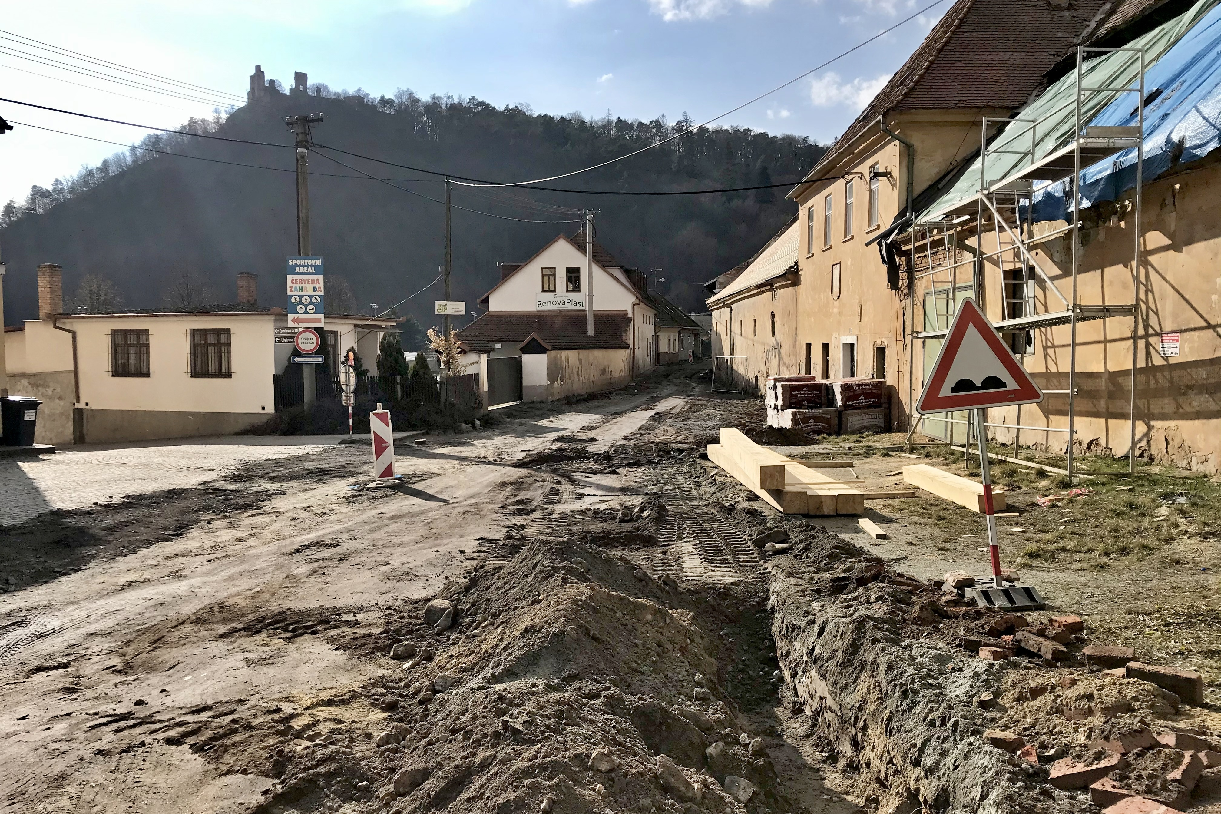 Opravy silnice v ulici Podhradí