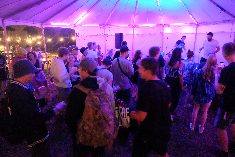 Na konci července nás v Prostoru čeká zahřívací kolečko festivalu Raveyard, takhle vypadal jeho loňský ročník