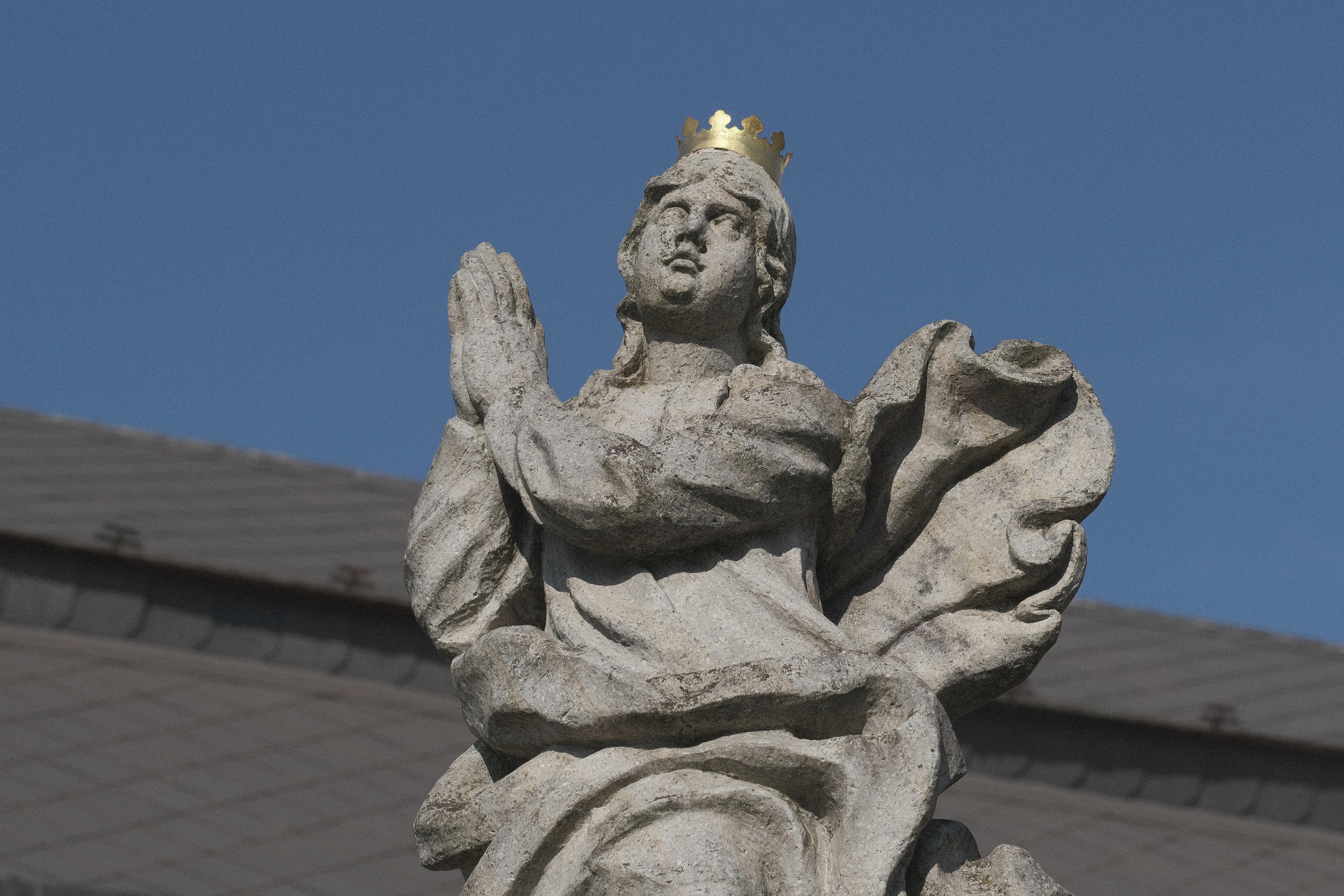 Panna Marie Immaculata, neznámý autor, datováno chronogramem v nápisu na podstavci do roku 1716. Slohově opět podobná socha jako obě předchozí, objednaná dle nápisu v souvislosti s druhou velkou morovou vlnou boskovickým feudálním správcem Johannem Františkem Rottleithnerem. Originál je průjezdu radnice, na místě je kopie. Na hlavě Dívky je dnes korunka, na starých pohlednicích jsou však patrné původní zlacené paprsky s hvězdami.