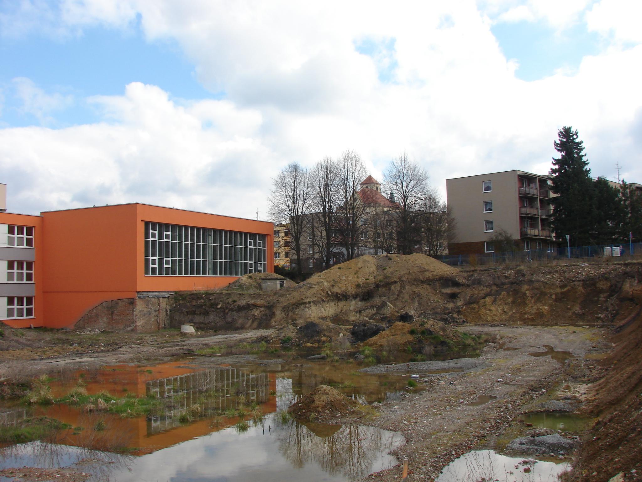 Započatá a nedokončená stavba haly na Slovákově ulici, kde dnes stojí Centrum polytechnické výchovy, tvoří v doposud vynaložených nákladech největší část