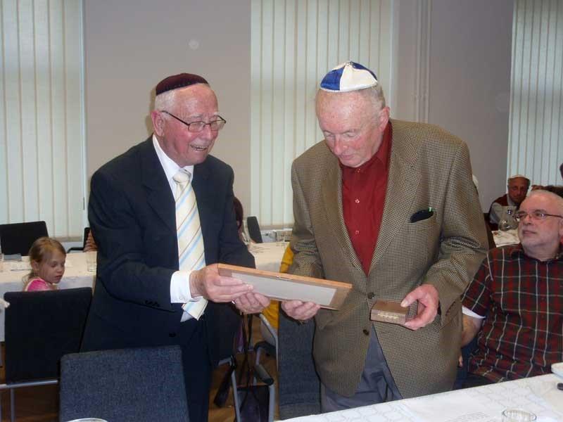 Erich Rohan (vpravo) přebírá 30. 4. 2010 Pamětní medaili Židovské obce Brno z rukou jejího předsedy Pavla Frieda