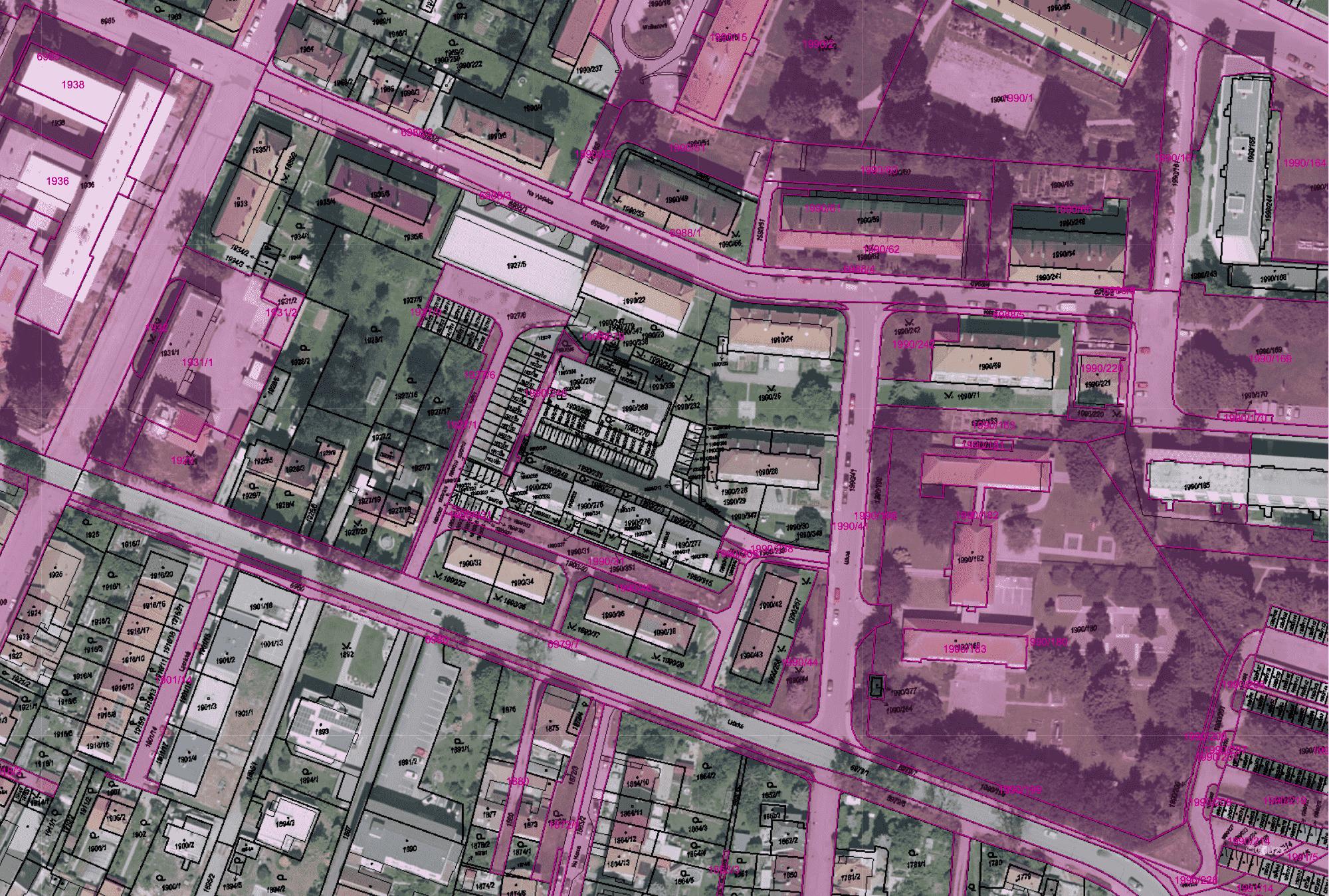 Barevně vyznačené pozemky patří městu
