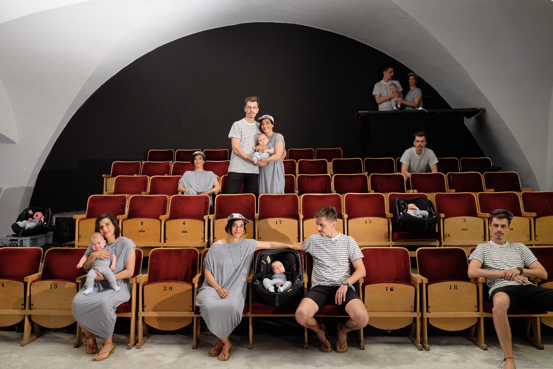 Početná rodina Brzobohatých v sálu Prostoru
