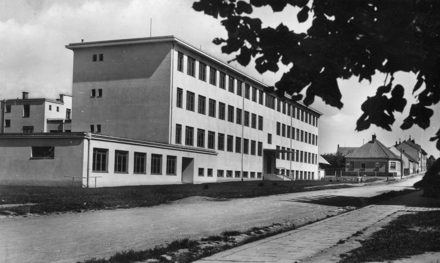 """Podle návrhu Ernsta Wiesnera vznikla """"Zelená"""" škola v Boskovicích"""