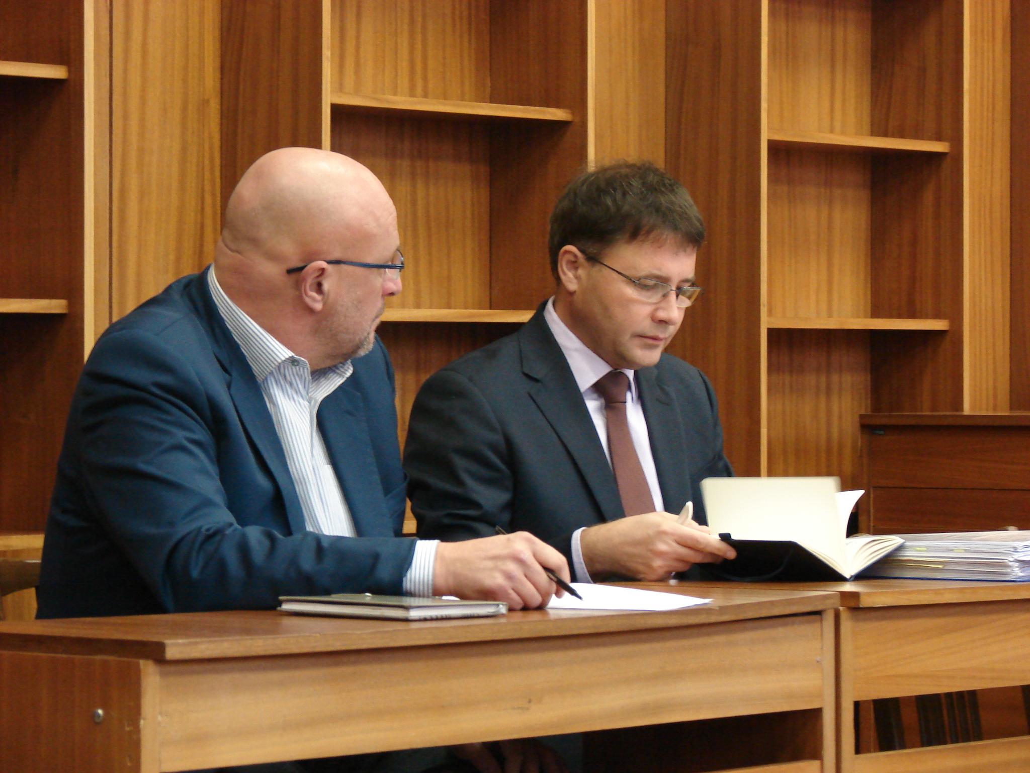 Tomáš Julínek (vlevo) u blanenského soudu