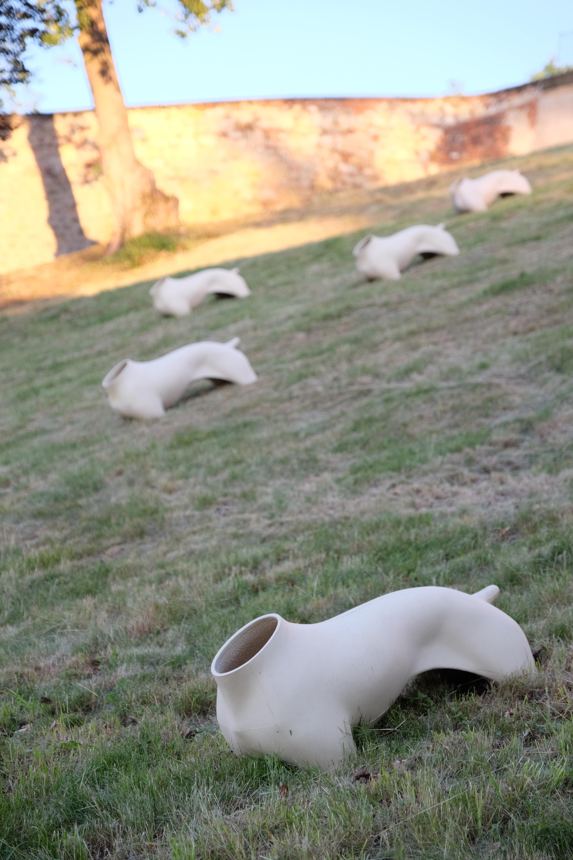 Adam Velíšek: Armáda (2013 a dále), litá keramika; spodní zámecká zahrada
