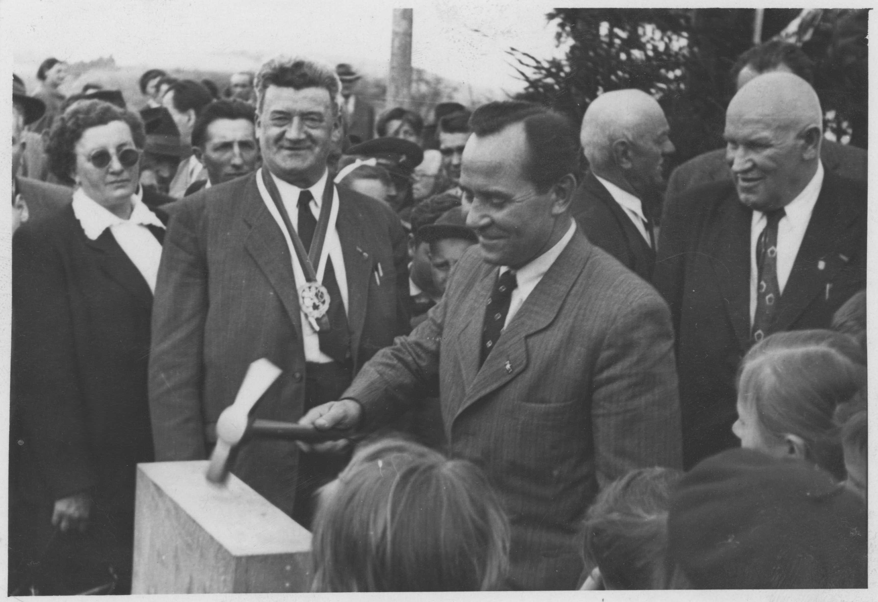 Poklepání základního kamene, 2. května 1954. Skladívkem Rudolf Barák, ministr vnitra, vedle něj Rudolf Musil, předseda ONV Boskovice.