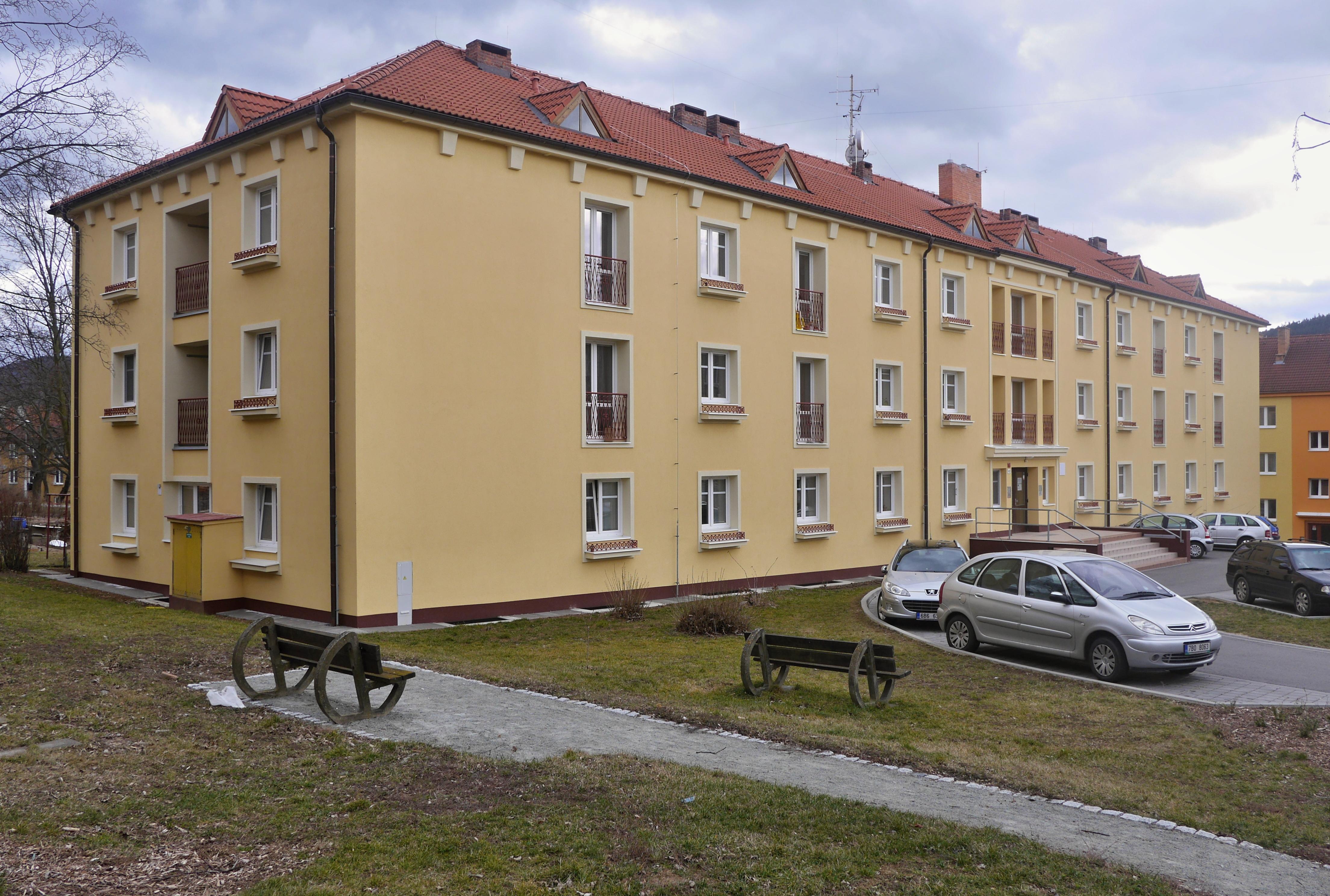 Městský bytový dům na Wolkerově ulici dostal nedávno nový vzhled, nyní město přistoupí k opravě stupaček aelektroinstalace