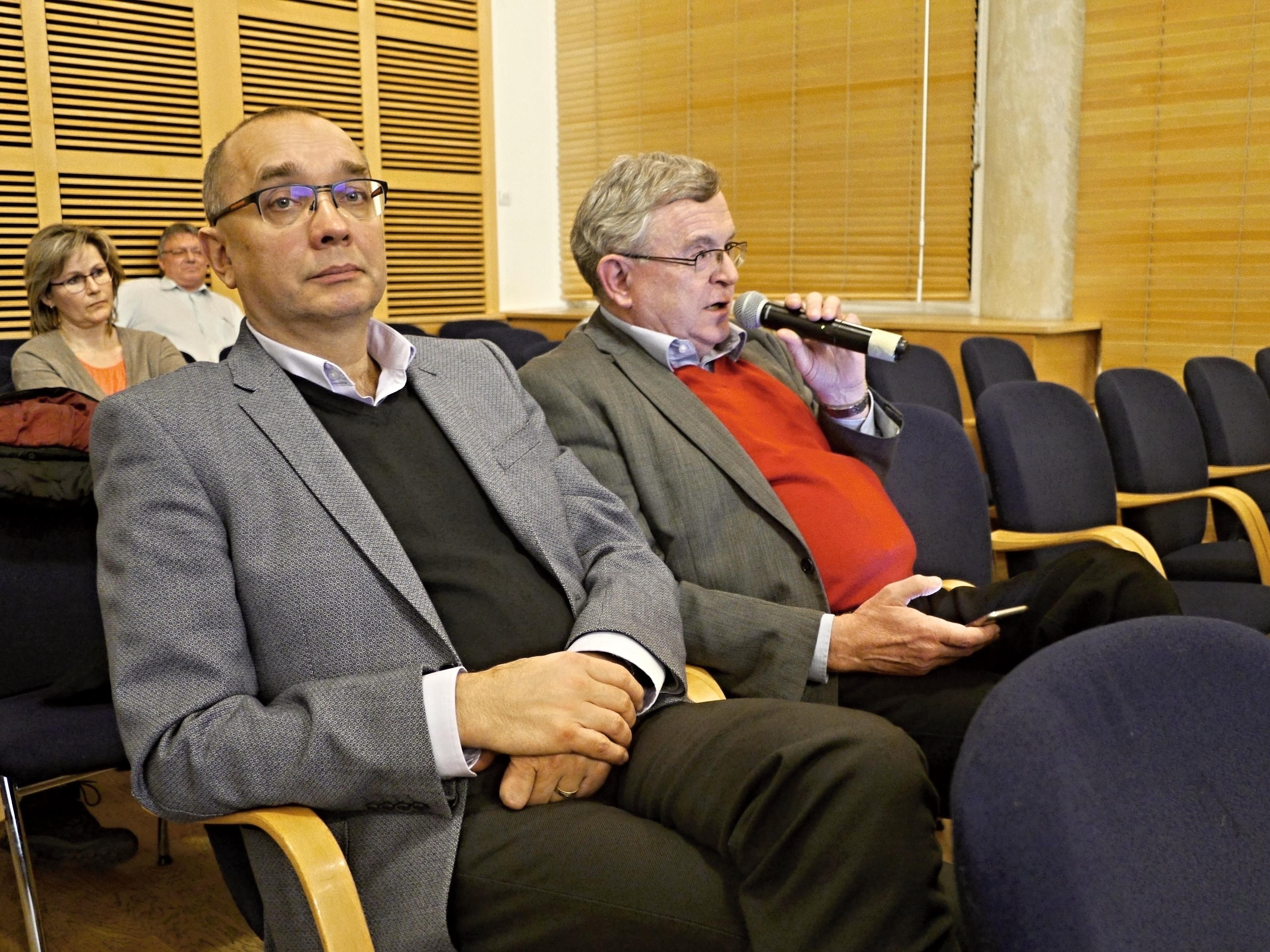 Dan Štěpánský (vlevo) a Miloš Janeček na jednání zastupitelstva